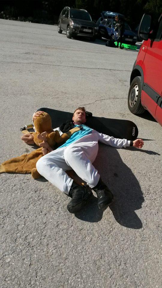 Tim liegt am Boden mit seinem Elch